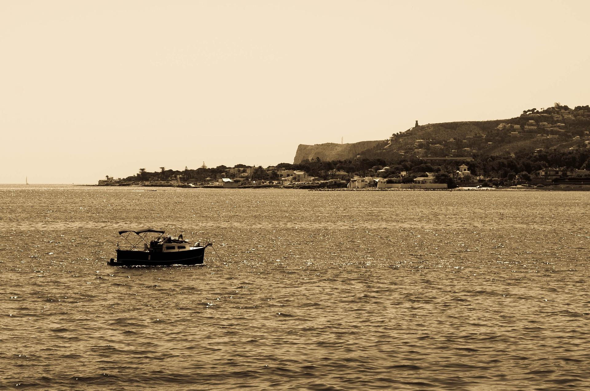 Barcos pesquero regresando al puerto de Dénia